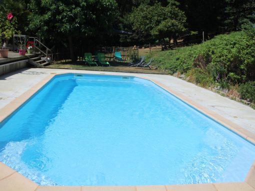 La piscine et l'aire de jeux